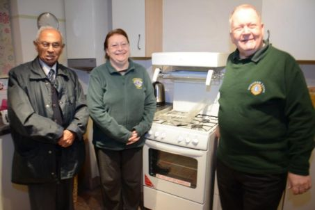 2014-12-21 Ramanial Morarjee, Halyna Pudney & Iain Pudney with New Cooker