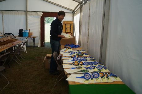 Lion Simon prepares the rosettes for the finishers